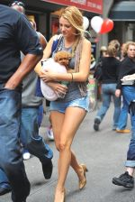 Blake Lively on the sets of GOSSIP GIRL on August 6, 2009 in NY (3).jpg