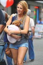 Blake Lively on the sets of GOSSIP GIRL on August 6, 2009 in NY (4).jpg