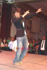 Shahrukh Khan thanking his fans in Atlantic City, New Jersey. Courtesy- INDIA ANI (2)~2.jpg
