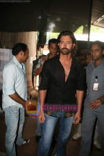 Hrithik Roshan on the sets of Farah Khan_s chat show Tere Mere Beach Mein in Filmcity on 16th Aug 2009 (30).JPG