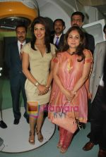 Priyanka Chopra, Tina Ambani at the launch of Novaltis Radiosuregery scanner for tumors in Ambani Hospital on 16th Aug 2009 (15).JPG