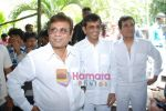 Abbas Mastan sell the tickets to promote the film in Galaxy, Bandra on 17th Aug 2009 (2).JPG