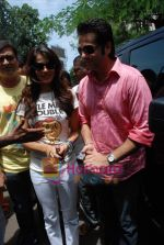 Genelia D Souza, Fardeen Khan sell the tickets to promote the film in Galaxy, Bandra on 17th Aug 2009 (2).JPG