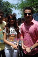 Genelia D Souza, Fardeen Khan sell the tickets to promote the film in Galaxy, Bandra on 17th Aug 2009 (3).JPG