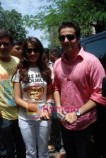 Genelia D Souza, Fardeen Khan sell the tickets to promote the film in Galaxy, Bandra on 17th Aug 2009 (5).JPG
