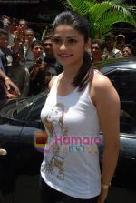 Prachi Desai sell the tickets to promote the film in Galaxy, Bandra on 17th Aug 2009 (6).JPG