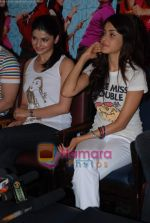 Prachi Desai, Genelia D Souza sell the tickets to promote the film in Galaxy, Bandra on 17th Aug 2009 (44).JPG