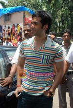 Tusshar Kapoor sell the tickets to promote the film in Galaxy, Bandra on 17th Aug 2009 (4).JPG