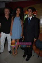 Ayesha Kapoor, Parzun Dastur at Sikandar premiere  in Fun on 20th Aug 2009 (2).JPG