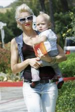 Gwen Stefani and her daughter Zuma goes shopping at Bristol Farms then stop by the park to change Zuma on 22-08-09 (2).jpg
