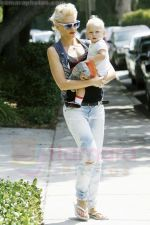 Gwen Stefani and her daughter Zuma goes shopping at Bristol Farms then stop by the park to change Zuma on 22-08-09 (3).jpg