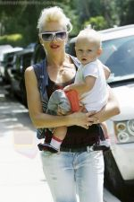 Gwen Stefani and her daughter Zuma goes shopping at Bristol Farms then stop by the park to change Zuma on 22-08-09.jpg