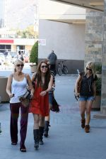 Miley Cyrus at the hair and tanning salon with mum in Studio City, Los Angeles, California - 23rd August 2009 - IANS-WENN (9).jpg