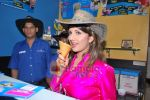 Rambha promotes Dolly of Quick Gun Murugun with Baskin Robbins in Carter Road on 26th Aug 2009 (13).JPG