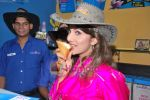 Rambha promotes Dolly of Quick Gun Murugun with Baskin Robbins in Carter Road on 26th Aug 2009 (14).JPG