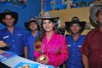 Rambha promotes Dolly of Quick Gun Murugun with Baskin Robbins in Carter Road on 26th Aug 2009 (19).JPG