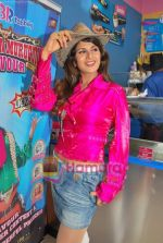 Rambha promotes Dolly of Quick Gun Murugun with Baskin Robbins in Carter Road on 26th Aug 2009 (27).JPG