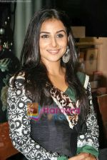 Vidya Balan launches latest issue of Marie Claire in Crossword, Kemps Corner on 1st Oct 2009 (22).JPG