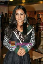 Vidya Balan launches latest issue of Marie Claire in Crossword, Kemps Corner on 1st Oct 2009 (5).JPG