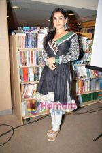 Vidya Balan launches latest issue of Marie Claire in Crossword, Kemps Corner on 1st Oct 2009 (26).JPG