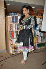 Vidya Balan launches latest issue of Marie Claire in Crossword, Kemps Corner on 1st Oct 2009 (29).JPG