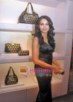 Bipasha Basu at the re- opening of the Jimmy Choo store at Galleria, Trident, Nariman Point, Mumbai on 5th Oct 2009 (6).JPG