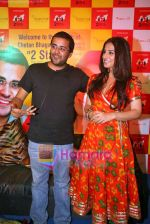 Vidya Balan, Chetan Bhagat at the launch of Chetan Bhagat_s new look 2 States in Oberoi Mall, Goregoan on 10th Oct 2009 (9).JPG