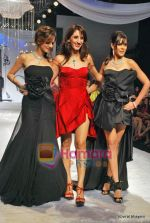Suzanne Roshan, Farah Ali Khan, Genelia D Souza at HDIL Day 1 on 12th Oct 2009 (4).JPG