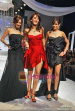 Suzanne Roshan, Farah Ali Khan, Genelia D Souza at HDIL Day 1 on 12th Oct 2009 (69).JPG