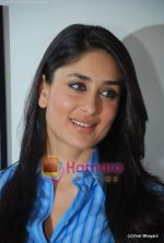 Kareena Kapoor at the launch of the Marathi version of Rutuja Diwekar_s hot selling book Don_t Lose Your Mind, Lose Your Weight in Khar on 13th Nov 2009 (16).JPG