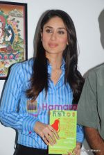 Kareena Kapoor at the launch of the Marathi version of Rutuja Diwekar_s hot selling book Don_t Lose Your Mind, Lose Your Weight in Khar on 13th Nov 2009 (18).JPG