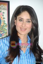 Kareena Kapoor at the launch of the Marathi version of Rutuja Diwekar_s hot selling book Don_t Lose Your Mind, Lose Your Weight in Khar on 13th Nov 2009 (21).JPG