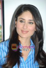 Kareena Kapoor at the launch of the Marathi version of Rutuja Diwekar_s hot selling book Don_t Lose Your Mind, Lose Your Weight in Khar on 13th Nov 2009 (23).JPG
