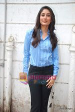 Kareena Kapoor at the launch of the Marathi version of Rutuja Diwekar_s hot selling book Don_t Lose Your Mind, Lose Your Weight in Khar on 13th Nov 2009 (9).JPG