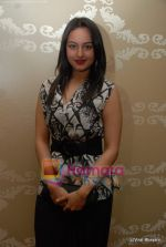 Sonakshi Sinha at Nirmal Zaveri and Pria Kataria Puri Signature Red Carpet collection launch on 12th Dec 2009 (6).JPG