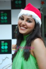 Pooja Chopra spends Christmas with children at Tata Docomo store in Bandra on 24th Dec 2009 (26).JPG