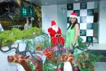Pooja Chopra spends Christmas with children at Tata Docomo store in Bandra on 24th Dec 2009 (32).JPG