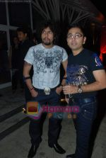 Sonu Nigam at Rishi Darda_s annual bash in Tote, Worli on 29th Dec 2009 (3).JPG