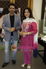 Juhi Chawla, Gurdas Maan at the press conference of film Sukhmani- Hope for Life in Mumbai on 28th Jan 2010 (5).JPG
