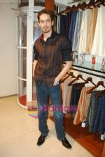 Siddharth Kher at Aza Men wedding showcase for Men in AZA Men, Kemps Corner on 25th Feb 2010 (4).JPG