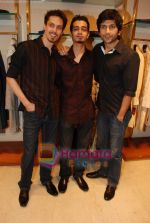 Siddharth Kher, Dhruv Ganesh, Sharadha Kapoor, Vaibhav Talwar at Aza Men wedding showcase for Men in AZA Men, Kemps Corner on 25th Feb 2010 (62).JPG