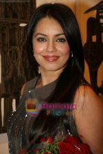 Mahima Chaudhary at poet and artist Kiran Chopra_s exhibition in Jehangir art gallery on 25th March 2010 (6).JPG