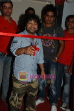 Kailash Kher at the launch of  Snap 24-7 Gym in Malad, Near Croma on 29th March 2010 (2).JPG