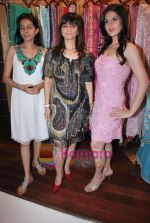 Zarine Khan, Neeta Lulla at Neeta Nishka Lulla summer preview in Samsara on 29th March 2010 (81).JPG