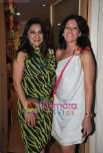 Aarti Surendranath at Maheka Mirpuri_s Summer white collection launch in Prabhadevi, Mumbai on 30th March 2010 (6).JPG