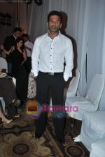 Sunil Shetty walks the ramp for Neelam and Nriti Shah on 1st April 2010 (4).JPG