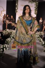 Zarine Khan walks the ramp for Neelam and Nriti Shah on 1st April 2010 (9).JPG