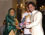 Saif Ali Khan receive Padma Vibhushan in Rashtrapati Bhavan, New Delhi on 7th April 2010 (9).jpg