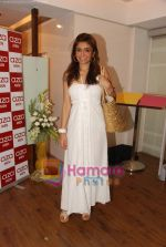 Queenie Dhody at the showcase of Karan Johar_s new men_s wear collection in Aza on 18th April 2010 (2).JPG