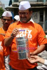 Mahesh Manjrekar promotes City of Gold through dabbawalas in Lower Parel on 21st April 2010 (11).JPG